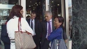 Στην φωτογραφία η Επίτροπος  Εσωτερικών Υποθέσεων  κα C. Malmström, ο Επικεφαλής της Αντιπροσωπείας της Ε.Ε στην Ελλάδα κος Π.Καρβούνης   και η Πρόεδρος της Κι.Πο.Κ.Α κα Βαρβάρα Βερνίκου  συνομιλούν μπροστά σε εμπορικό κατάστημα της Πλατείας Ομονοίας