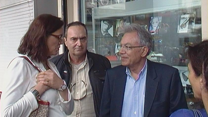Η Επίτροπος κα Cecilia Malmström στην πλατεία Ομονοίας ενημερώνετε  από τα μέλη της Κι.Πο.Κ.Α.